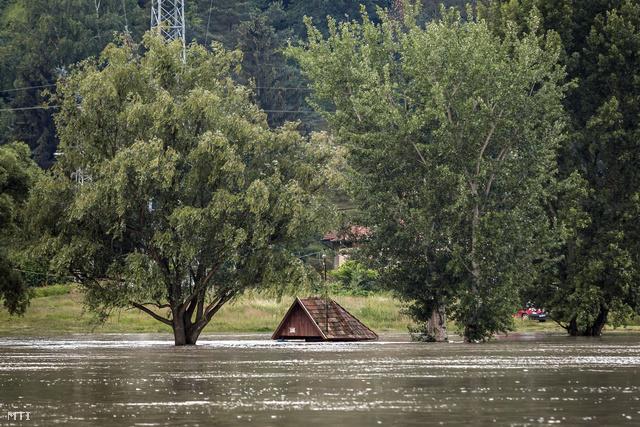 Víz alatt a Visegrád-Szentgyörgypuszta és Kisoroszi között közlekedő rév várója a szentgyörgypusztai oldalon