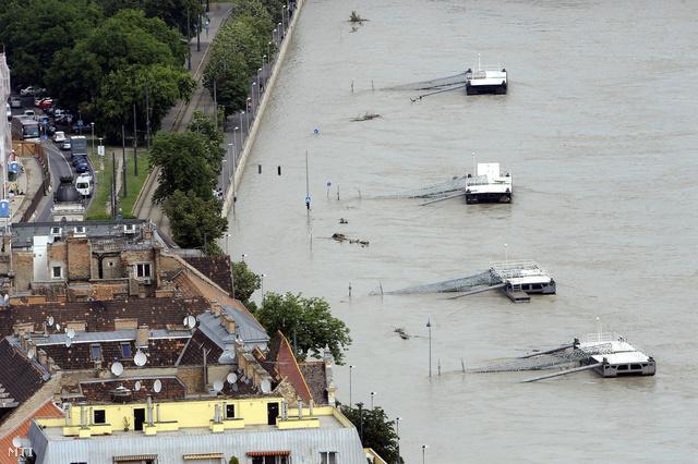 Pontonkikötők a vízzel elöntött budai alsó rakpart mellett