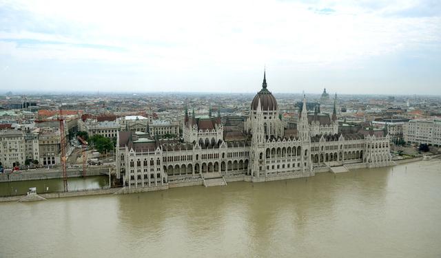 A Parlament alsó lépcsőit is elérte a Duna szombatra. Az ORFK légifotósának szombati fotói a Duna vízszintjéről Budapesten és környékén. Percről percre tudósításunk az árvízi helyzetről