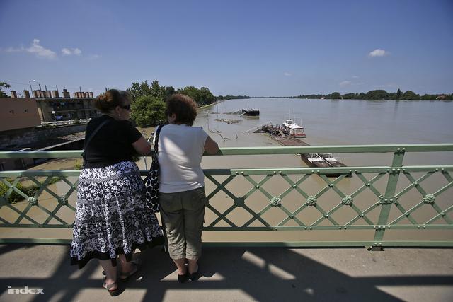 A helyiek a hídhoz járnak ki, hogy megnézzék az évszázad árvízét.