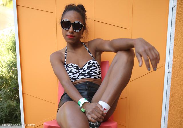 A House of Holland Eyewear medencés partija a Coachella fesztivál alatt – a képen Remi Nicole énekesnő