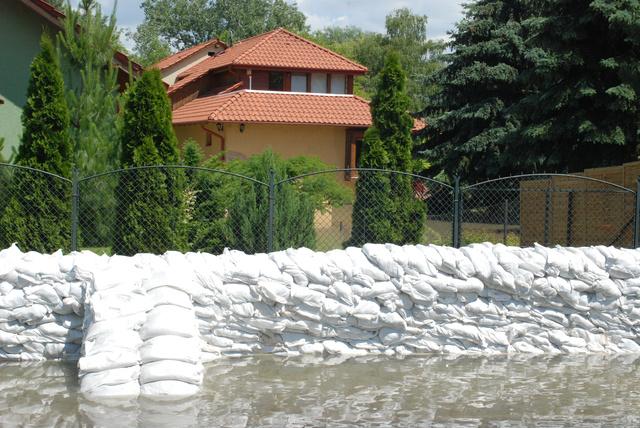A szentendrei Dunaparton már sok ház áll vízben