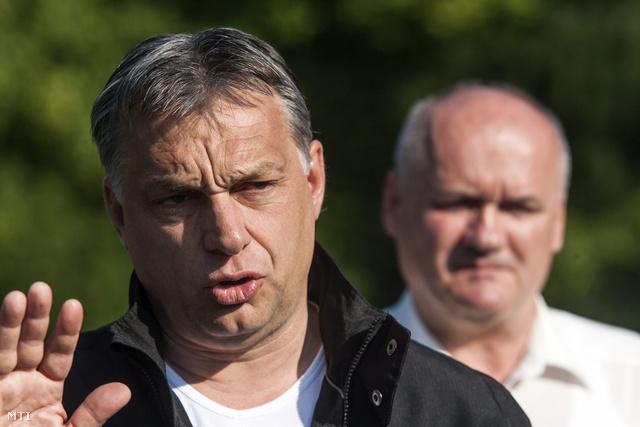 Orbán Viktor miniszterelnök sajtótájékoztatót tart Esztergomban a Kossuth Lajos hídon 2013. június 9-én ahol bejelentette hogy meghosszabbítja a parlament a dunai árvíz miatt kihirdetett veszélyhelyzetet. Mögötte Hende Csaba honvédelmi miniszter (j).