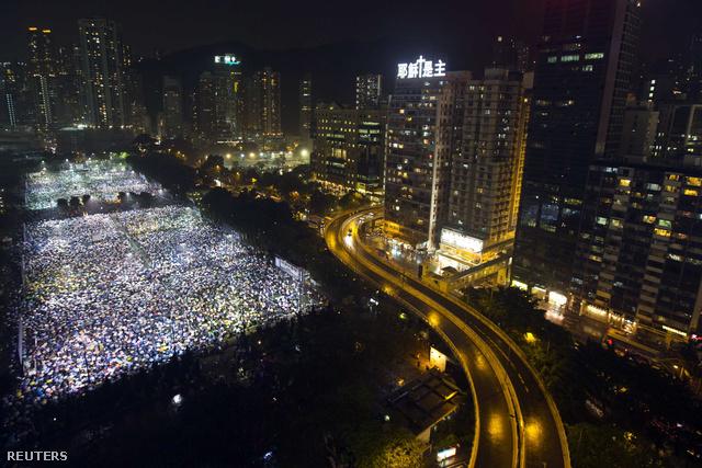 Demokrácia-párti megemlékezés a Tiananmen-téri események évfordulóján Hongkongban