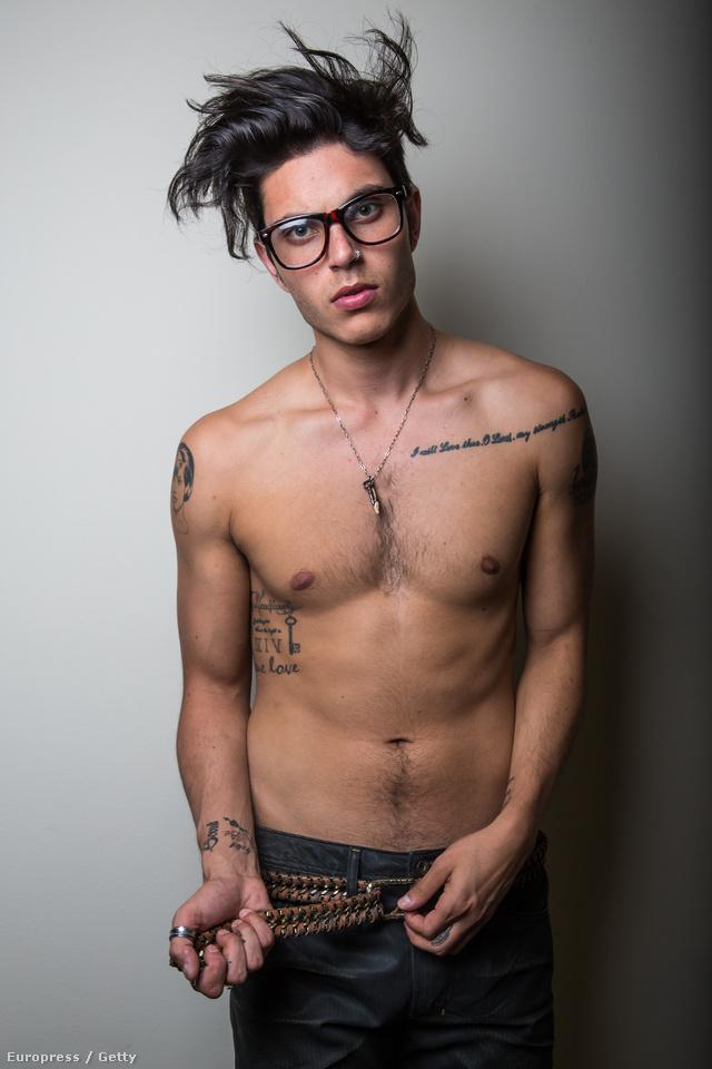 Portrésorozat hajvágás után egy stúdióban hipszteres szemüveggel