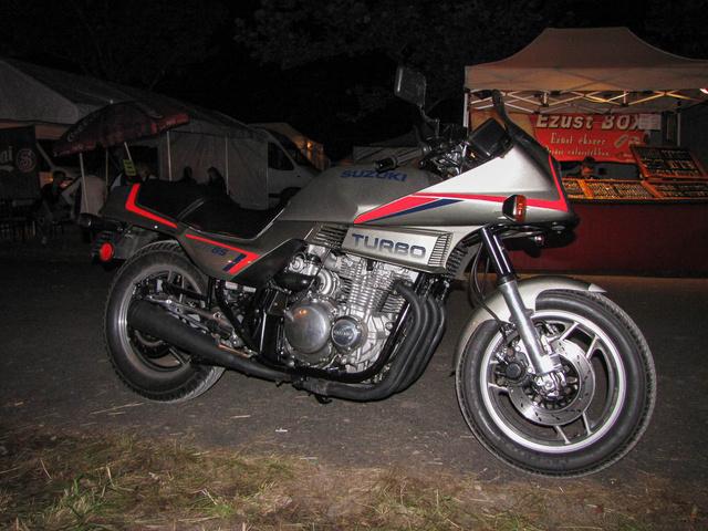 Na, ez tényleg ritka, és egyedi motor, de senkinek nem tűnt fel. Gyárilag turbós-injektoros Suzuki XN 85 1983-ból