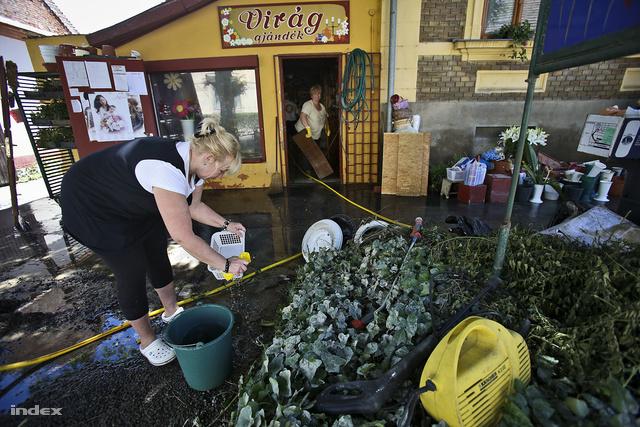 A szomszédos virágboltban szinte minden tönkrement, a virágok napok óta vízben állnak, nem bírják, mentik, ami menthető