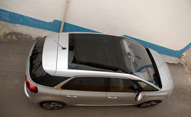 Aki a hátsó ülésen utazik, imádni fogja az üvegtetőt. Aki meg elöl, az a magas szélvédőt