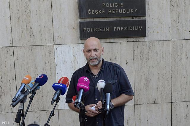 Pavel Hanták, a cseh korrupcióellenes rendőrség (ÚOOZ) szóvivője sajtóértekezletet tart a rendőrség székháza előtt Prágában 2013. június 13-án