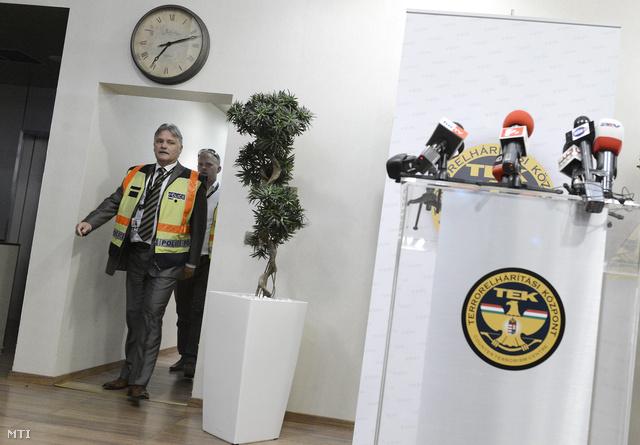 Bodnár Zsolt, a Terrorelhárítási Központ főigazgató-helyettese érkezik sajtótájékoztatójára.