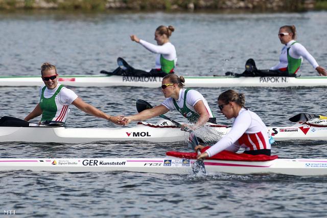 Kárász Anna (b) gratulál Kovács Katalinnak miután  a női kajaknégyes aranyérmet nyert 500 méteren a portugáliai Montemor-o-Velhóban zajló kajak-kenu Európa-bajnokságon
