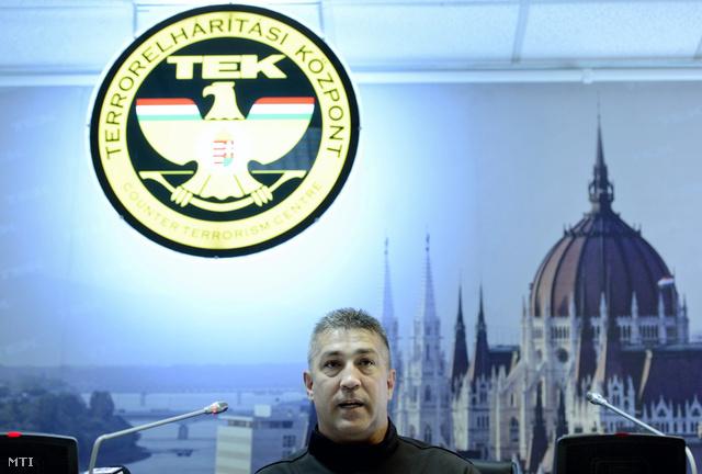Hajdu János a TEK sajtótájékoztatóján
