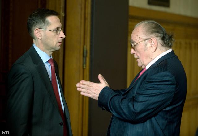 Varga Mihály nemzetgazdasági miniszter és Demján Sándor beszélget a Miniszterelnökségen