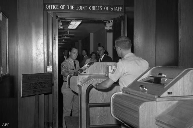 1963. augusztus: a teleírógépet elhelyezik a Fehér Házban
