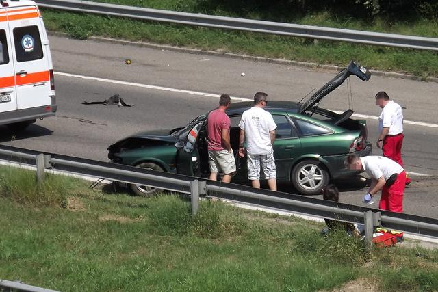 Sérültet látnak el a baleset helyszínén