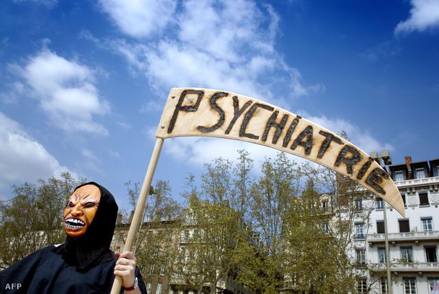 Pszichiátriaellenes tüntető Franciaországban