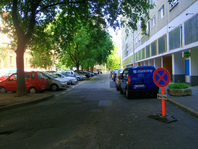 A Polgár utcában rá se hederítettek a táblára - Fotó: Index