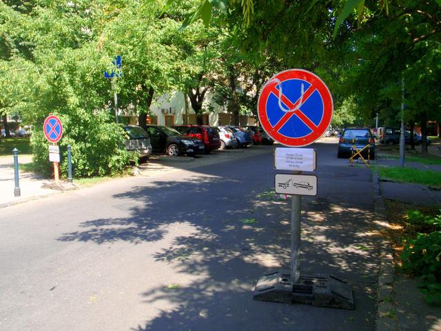 A Kórház utcánál dupla tábla figyelmeztet - Fotó: Index