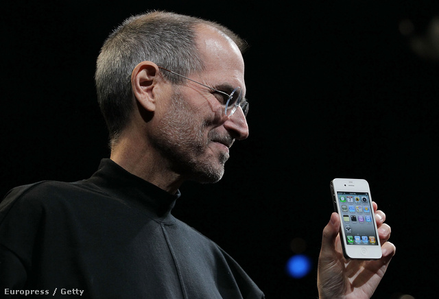 Steve Jobs - Az apja szíriai származású volt, az anyja svájci katolikus. Az anyja szülei nem nézték jó szemmel a lánya kapcsolatát, ezért Jobs szüleinek nem volt más választásuk, mint örökbe adni két gyereküket, az Apple későbbi vezérét és a húgát. Jobs sokáig azt sem tudta, hogy van egy testvére, de később azt mondta, nevelőszüleit tartja a valódi szüleinek