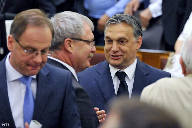 Orbán Viktor és Fazekas Sándor földművelésügyi miniszter a zárószavazás után.