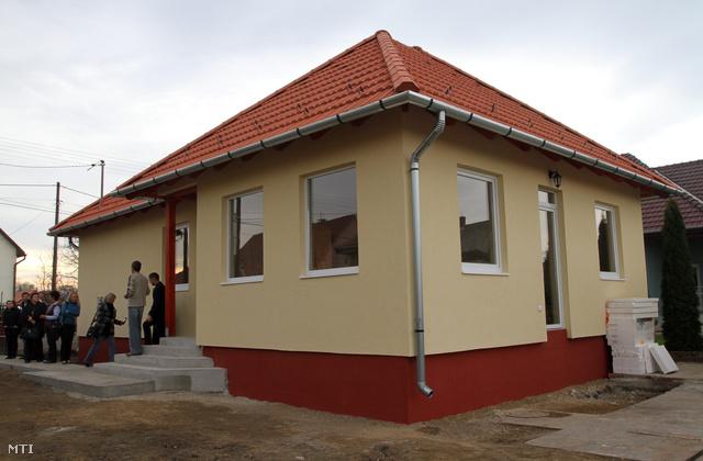 A 2010-es árvíz után Felsőzsolcán épített könnyűszerkezetes házak egyike