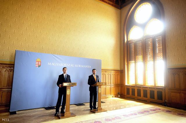 Varga Mihály és Giró-Szász András a Varga-csomag bejelentésén június elején