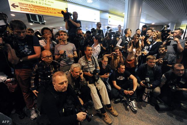 Orosz újságírók várják Edward Snowdent a repülőtéren