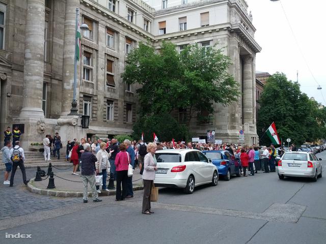 Demonstrálók gyülekeznek a Kúria épülete előtt