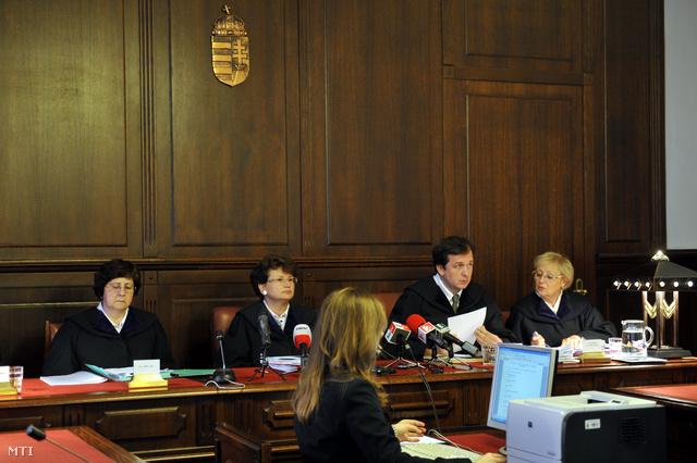 Török Judit (b) Vezekényi Ursula tanácsvezető (b2) Osztovics András (b3) és Pethőné Kovács Ágnes (j) bírók egy lakossági devizahitel-szerződés semmisségének megállapítása iránt indított per tárgyalásán a Kúrián