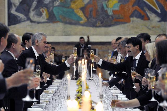 Tomislav Nikolic szerb államfő és Áder János köztársasági elnök koccint a magyar államfő tiszteletére adott díszvacsorán az elnöki palotában Belgrádban