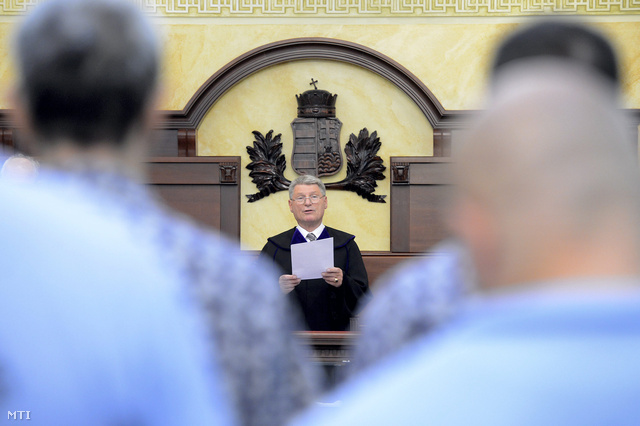 Kónya István tanácselnök ítéletet hirdet a diósdi maffiaper néven ismertté vált bűnügy felülvizsgálati tárgyalásán, a Kúria épületében 2013. június 26-án.