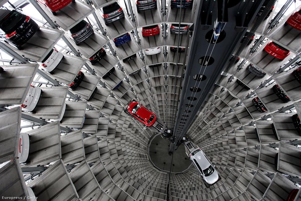 A Kínai fellendülésnek köszönhetően megmenekült Volkswagen cég egyik futurisztikus parkolója. A nyugati piacok minden lehetséges szegmensét kielégítő kínai ipar az évtizedek folyamán hatalmasra nőtt. Az Egyesült Államokban például a gazdaságnak 20 százalékát teszi ki az ipar, Kínában viszont közel felét. Ez közpénzügyi szempontból nagyon jó, hiszen a rengeteg külföldön áru mértéktelen devizaforrást bocsájt az állam rendelkezésére, de veszélyei is vannak: túlságosan kitetté teszi Kínát a külföldi széljárás változásainak.