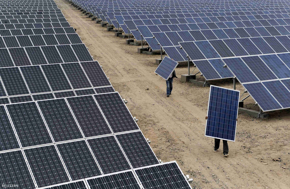 Hatalmas napelem-telep Aksu mellett Az erős állami jelenlét néha lökést ad egy-egy iparágnak, gyakran viszont felerősíti a piaci kudarcokat. Látványos példája ennek a napelemipar vagy hajógyártás, ahol annyi támogatással tömték ki a szektort, hogy brutális túlkapacitások alakultak ki. Ezek mögött a támogatások mögött jellemzően olyan helyi pártemberek állnak, akik nagyon szeretnék, ha egy-egy vállalati sikertörténet az ő karrierjüket is előmozdítaná, esetleg más, ennél konkrétabb, anyagi csatornán keresztül is részesednek a sikerből.