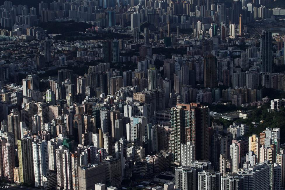 Hongkong látképe.A 2008-9-es globális recesszió idején a pekingi vezetés mozgósította tartalékait, és elképesztő beruházási rohamot indított. Sokszáz milliárd jüanok gurultak a vállalatokba és az önkormányzatokhoz, amikből kapacitásokat bővítettek, vagy gigaberuházások keretein belül infrastruktúrát fejlesztettek, városokat építettek. A nagy költésekhez nagy hitelfelvételek társultak a magángazdasági szereplők részéről, aminek meg is lett az eredménye: a Nemzetközi Fizetések Bankjának adatai szerint 2007 óta a GDP ötven százalékával terebélyesedett a hivatalos hitelállomány.