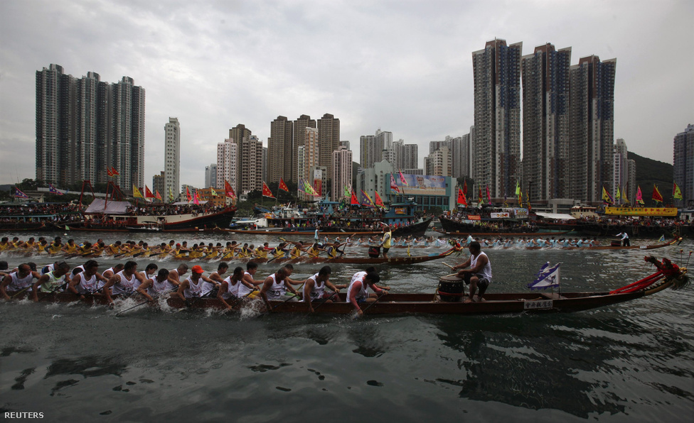 Sárkányhajók versenyeznek egy hongkongi kikötőben. Nem csak az utóbbi évek legnagyobb pénzügyi felfordulása miatt rettegnek a világgazdaságot figyelők Kínától. A bankközi piacon úgy tűnik, kezd helyreállni a rend, miután a kínai jegybanknál beláthatták, a törékeny gazdasági növekedést veszélyezteti a fegyelmezetlen bankokkal szembeni vendettájuk. A jegybank – amely semmilyen szempontból nem független a kínai pártállamtól – keményen kézben tartja a bankrendszert tápláló pénzcsapot, és a múlt héten szándékosan idézett elő pénzhiányt. Ezzel az volt a célja, hogy megmutassa a fegyelmezetlenkedő, fű alatt fenntarthatatlan projekteket hitelező indító bankoknak, hogy ki az úr a háznál.