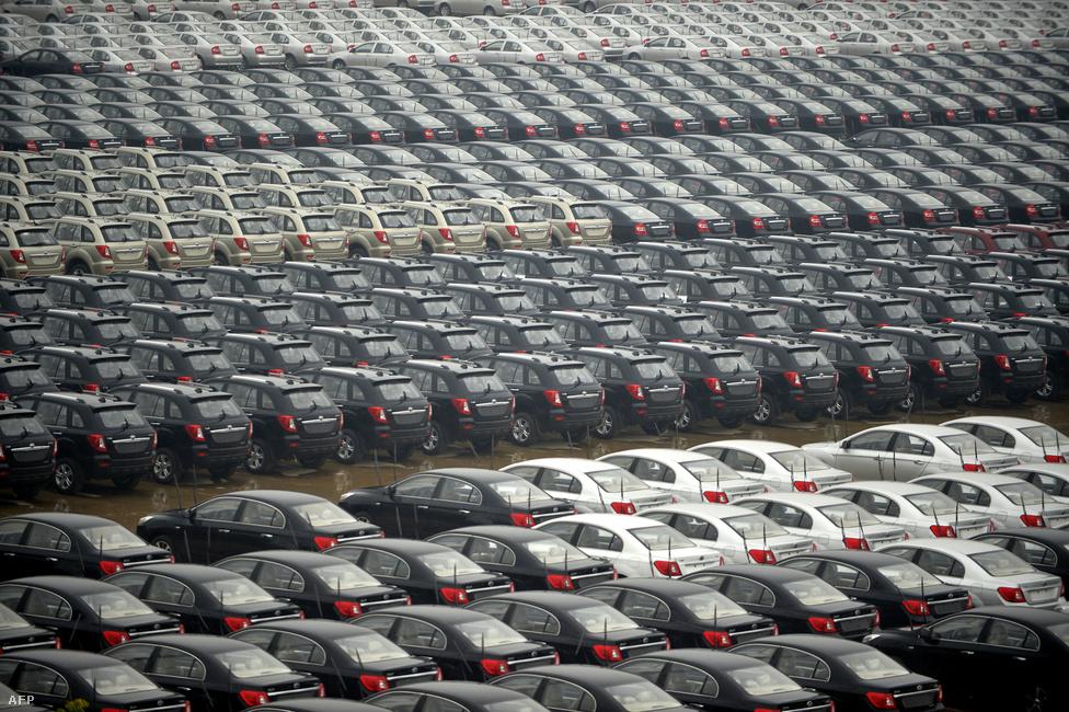 Egy kínai autógyár parkolójaEgy darabig gyorsan megy a felzárkózás, de aztán nem sikerül az áttörés. A korábban erős iparágakban az emelkedő bérek miatt visszaesik a versenyképesség, ahhoz viszont kevés lendület, hogy a gazdaság feljebb másszon az értékláncon, tehát olyan iparágak telepedjenek meg, amelyek magasabb hozzáadott értéket képviselnek. Korábban rengeteg ázsiai ország (többek között Dél-Korea és Tajvan, vagy korábban Japán) sikeresen átvitte ezt az akadályt, de például Brazília vagy a Dél-Afrikai Köztársaság évtizedek óta vergődik benne.