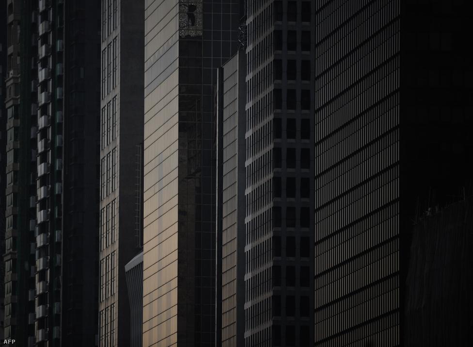 Sötét felhőkarcolók Hongkong üzleti negyedébenA kínai vezetésnek nem ezzel, hanem a másik buborékkal van igazán baja. A hitelezést minden lehetséges monetáris politikai eszközzel megpróbálták leállítani, de a kölcsönök iránti kereslet túlságosan nagy volt. Ez aztán létrehozta a maga kínálatát, a szabályozást kijátszva, a hatóságok háta mögött hitelező szereplők formájában.                         Az országot korábban kemény kézzel vezető kínai gazdasági vezetés ebből a lufiból akarta kiereszteni a levegőt, de ehelyett mindenki figyelmét felhívta arra, hogy nem ura a helyzetnek, és a gazdaság Frankensteinként önálló, kontrollálhatatlan életet kezdhet.