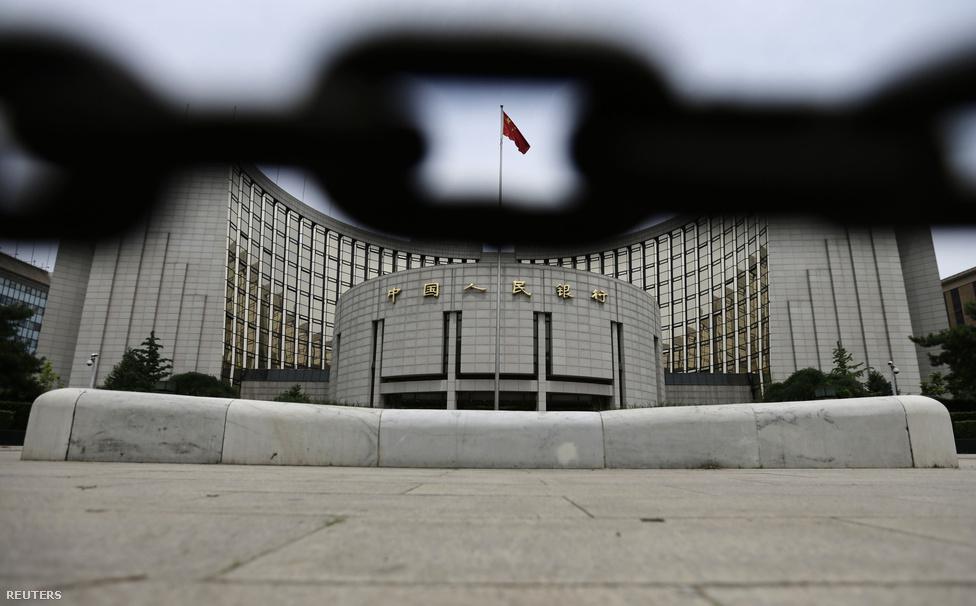 A Kínai Központi Bank székházaA tőkepiaci gondok talán még hidegen hagynák a kínai gazdasági vezetést, de a hírek már arról szóltak, hogy jópár vállalat az újonnan beállt hitelszűke miatt beruházásainak leállítására kényszerül. Ez már meggyőzte a kínai jegybankot, hogy elgondolkodjon azon, hogy újra megnyissa a bankok likviditását adó pénzcsapot.