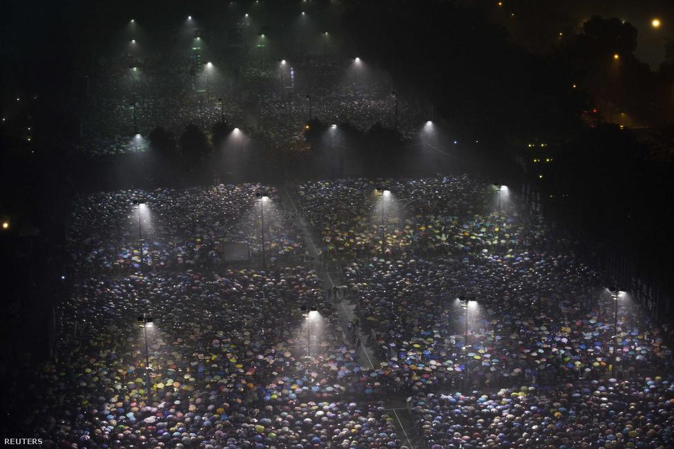 Tízezrek egy Honkongi gyertyás virrasztáson a Tiananmen téri megmozdulások 24. évfordulójá Kína a legtöbb megfigyelő szerint az utóbbi években elérte ezt a pontot. Egyszerűen elfogytak a mozgósítható vidéki többletmunkások, a városi gyárakban pedig egymást követték a sztrájkok, amikkel gyakran sikeresen harcoltak ki maguknak béremeléseket és kedvezőbb munkakörülményeket. Kína így lassan maga mögött hagyja azt a sztereotípiát, ami egy éhbéren tartott, egy nap húsz órában veszélyes körülmények között monoton munkát végző dolgozók sivár üzemként írta le az országot.