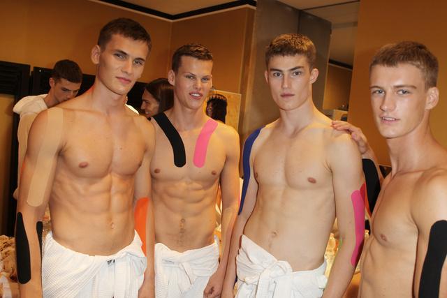 Már a bemutató előtt is pózolnak a fiúk a színfalak mögött, de ez a kép sajnos egyikükről sem túl előnyös arcban