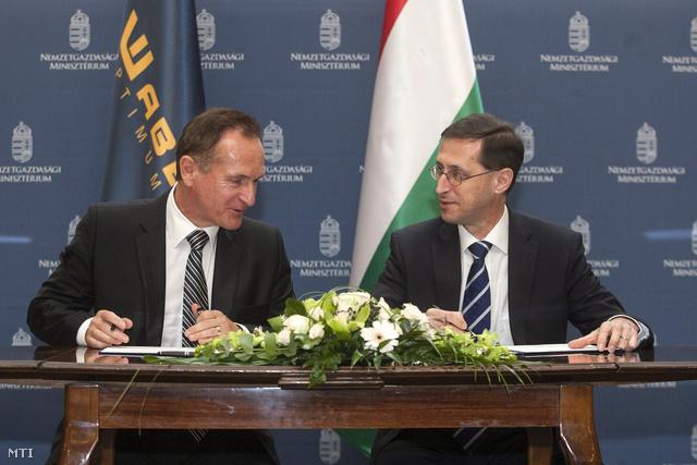 Wáberer György a Waberer's International Zrt. elnök-vezérigazgatója (b) és Varga Mihály nemzetgazdasági miniszter aláírja a társaság és a magyar kormány közötti stratégiai megállapodást Budapesten a szaktárca épületében 2013. április 26-án.
