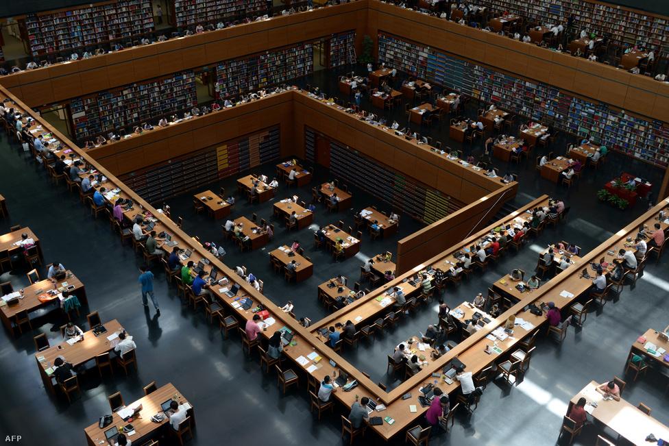 A Kínai Nemzeti Könyvtár Többé-kevésbé a kínai vezetés is elismeri, hogy jobb lenne, ha országuk megállna a saját lábán, és inkább belső fogyasztására, valamint az arra dolgozó szolgáltató szektorra alapozna. Hiába lenne mindenki szerint jó, a szerkezetváltást mégis nehézzé teszi, hogy a pártvezetés ellenérdekelt: a beruházásvezérelt, ipari nagyvállalatok által dominált ipart sokkal jobban megértik (és húznak hasznot belőle), mint a kisebb szereplőkkel benépesített szolgáltató szektort.