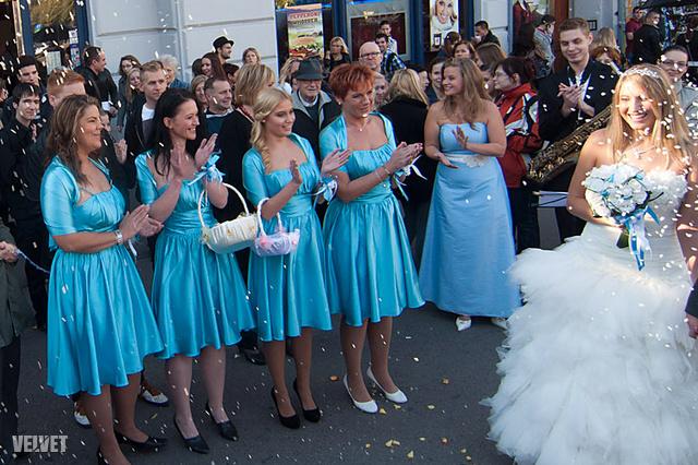 Egyenruhás koszorúslányok az első budapesti flashmob-esküvőn