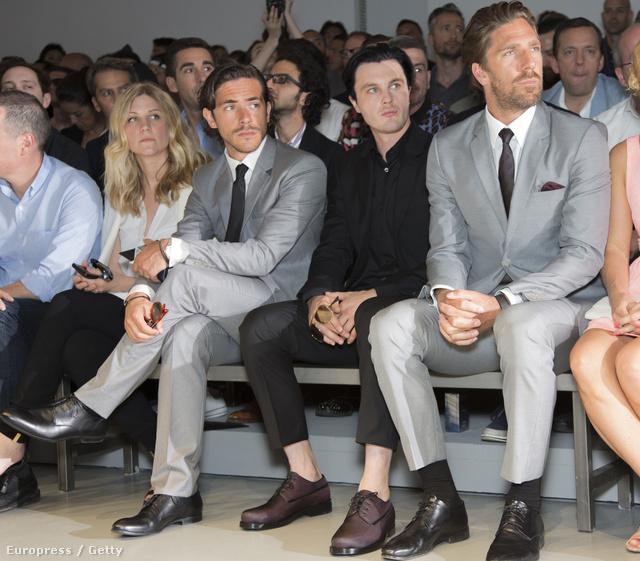 Michael Pitt a Calvin Klein divatbemutatóján a milánói férfidivathéten Jack Savoretti és Henrik Lundqvist között ül