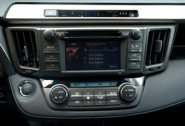 Nem először találkoztam a Toyota érintőképernyős rendszerével és mindig kellemesen meglepett, mennyire egyszerű és magától értetődően használható