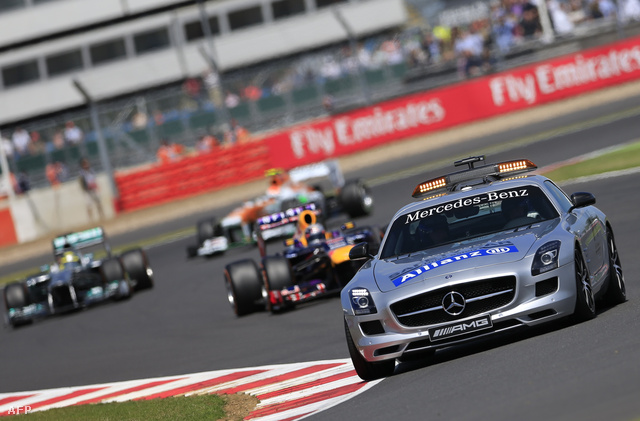 Safety Car vezeti a mezőnyt Silverstone-ban