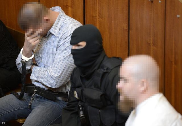 P. Zsolt harmadrendű (j) és Cs. István negyedrendű (b) vádlott a Budapest Környéki Törvényszék tárgyalótermében 2013. május 24-én.