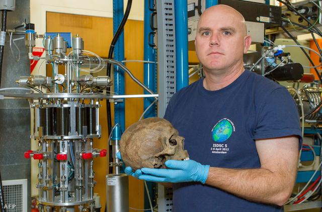Az Auszrál Nemezeti Egyetem archeológusa, Dr. Stewart Fallon kezében a lelettel