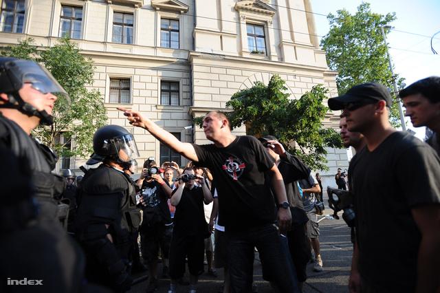 Zagyva György Gyula Jobbikos képviselő, a 2012-es melegfelvonulás ellen demonstráló tüntetők között
