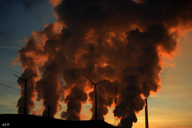 Gomolygó gőz száll fel a gelsenkircheni szénerőmű hűtőtornyaiból